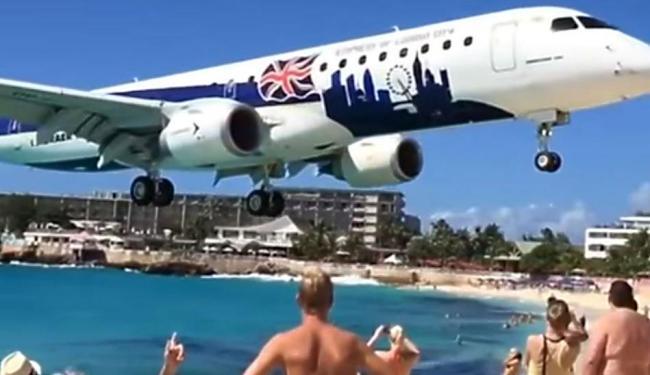 Imagem em câmera lenta mostra aeronave sobre banhistas no Caribe - Foto: Reprodução