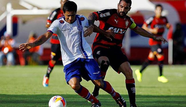 Pittoni (D), que foi expulso após tentar agredrir Neto Baiano, disputa a bola com Escudero - Foto: Eduardo Martins | Ag. A TARDE