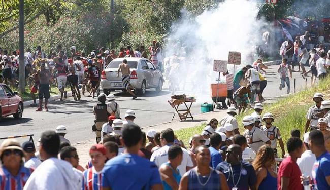 PM faz uso de bombas de gás para afastar torcedores brigões - Foto: Fernando Amorim | Ag. A TARDE
