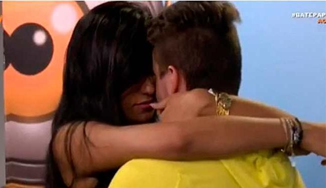 Mesmo chateada, Talita não deixou de dar um beijo no namorado - Foto: Reprodução | TV Globo