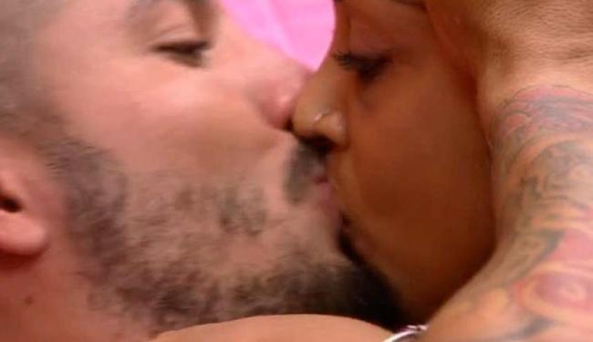 Beijo entre Amanda e Fernando fez o clima esquentar nas redes sociais - Foto: Reprodução   BBB 15