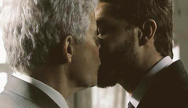 Momento da cena do beijo entre os dois atores - Foto: Reprodução | TV Globo