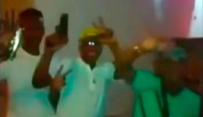 Criminosos mostram armas e não escondem rosto durante filmagem - Foto: Reprodução | Youtube