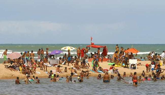 Praia de Buraquinho (em frente à barraca de praia Chalé) está imprópria para banho - Foto: Marco Aurélio Martins | Ag. A TARDE
