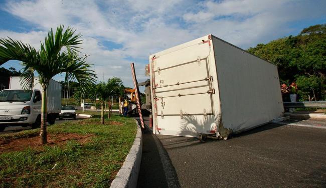 Veículo ficou atravessado na pista - Foto: Margarida Neide | Ag. A TARDE