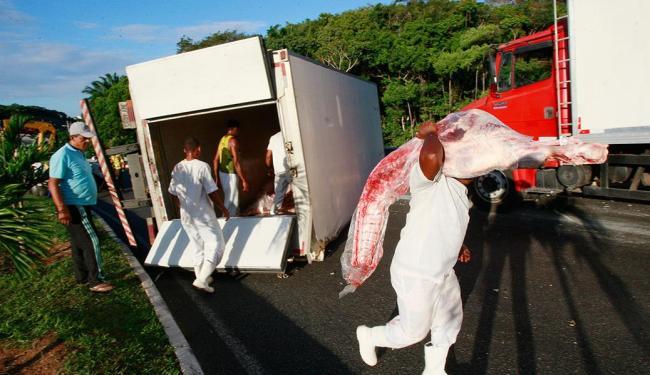 Caminhão teve carga transferida para outro veículo - Foto: Margarida Neide | Ag. A TARDE