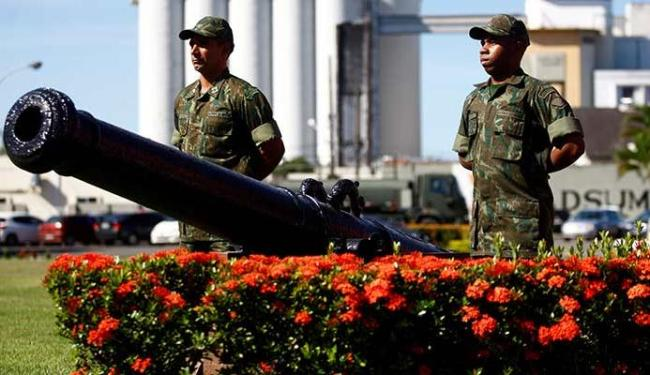 Primeiro-tenente Marcelo Augusto de Lima e fuzileiro naval Jeferson Perreira explicam trajetória da - Foto: Adilton Venegeroles | Ag. A TARDE