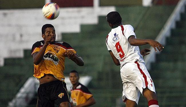 Atletas de Catuense (E) e Feirense disputam bola pelo alto no estádio Joia da Princesa, em Feira - Foto: Luiz Tito | Ag. A TARDE
