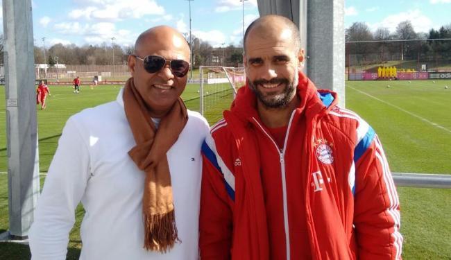 Charles Fabian (E) posa ao lado do técnico do Bayern de Munique, Pep Guardiola - Foto: Divulgação   E.C.Bahia