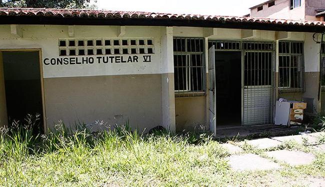 Conselho Tutelar de Pernambués, onde o mato alto é um dos sinais da falta de manutenção adequada - Foto: Marco Aurélio Martins l Ag. A TARDE