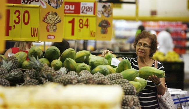 Iraildes Moitinho é rigorosa na comparação de preços em lojas e no supermercado - Foto: Raul Spinassé | Ag. A TARDE