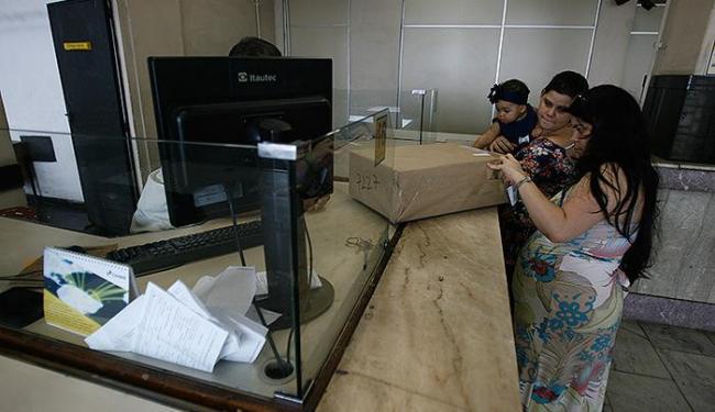 Movimento de consumidores no posto provisório do Comércio foi intenso na terça - Foto: Raul Spinassé   Ag. A TARDE