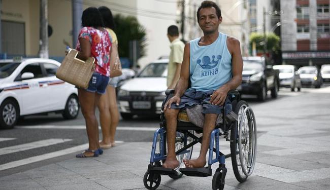 Cadeirante de Humildes vive de doações - Foto: Raul Spinassé | Ag. A TARDE