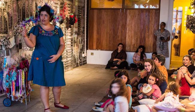 Danielle (E) conta histórias para uma atenta plateia: forma de valorizar o passado e de fazer o ouvi - Foto: Arquivo Pessoal l Divulgação