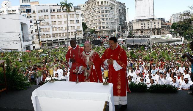 Dom Murilo Krieguer presidiu a cerimônia que reuniu mais de 50 mil fiéis no Domingo de Ramos - Foto: Marco Aurélio Martins | Ag. A TARDE