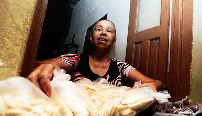 Dona Nenem é a doceira mais famosa da comunidade - Foto: Mila Cordeiro | Ag. A TARDE
