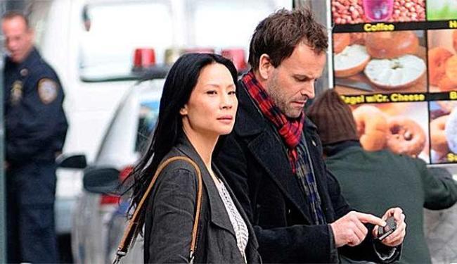 Jonny Lee Miller e a atriz Lucy Liu durante as gravações - Foto: Divulgação