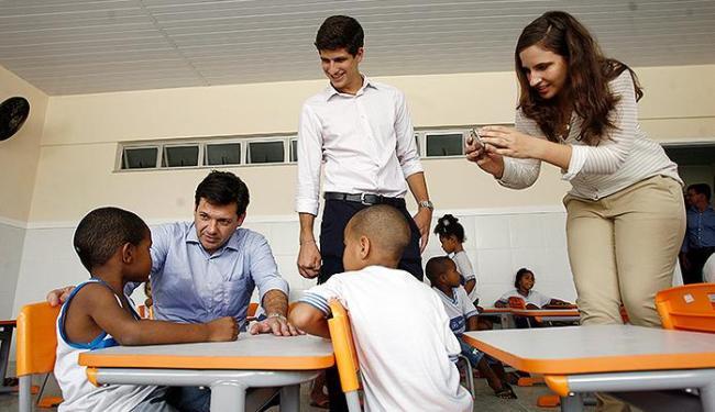 João e Eduarda, além do prefeito do Recife (sentado), na Escola Eduardo Campos - Foto: Raul Spinassé | Ag. A TARDE