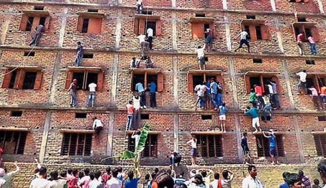 Cena se repetiu em quatro cidades e foi registrada por fotógrafos - Foto: AP Photo   Press Trust of India