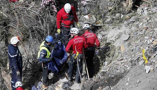 Equipe francesa continua buscas pelos destroços neste domingo - Foto: Ag. Reuters