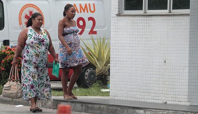 Grávida de 8 meses, Vanessa Souza (D) esperou horas por atendimento em unidade pública - Foto: Lúcio Távora | Ag. A TARDE