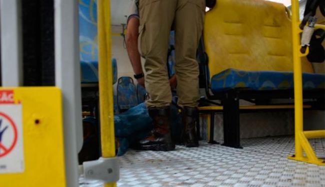Vítima não resistiu aos ferimentos e morreu dentro do ônibus - Foto: Anderson Oliveira | Reprodução | Blog do Anderson
