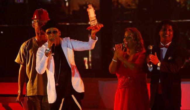 Ao receber o prêmio, o cantor agradeceu a Deus, a esposa, a filha e aos fãs - Foto: Eduardo Martins | Ag. A TARDE