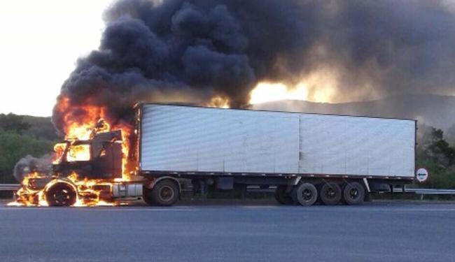 A moto foi arrastada pela carreta, ficando destruída e a carreta pegou teve a cabine toda queimada - Foto: Reprodução: Thiago dos Santos