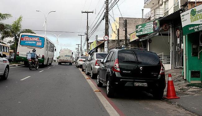 Carros estão estacionados sobre faixa destinada a bicicletas, em Itapuã - Foto: Mila Cordeiro | Ag. A TARDE