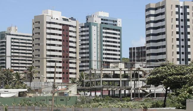 Terrenos em construção, como este em Armação, devem receber desconto de 30% no IPTU - Foto: Mila Cordeiro | Ag. A TARDE