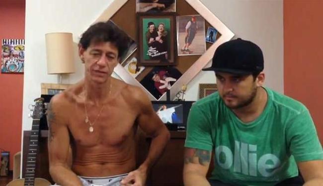 Ricardo Abrão (E) gravou o vídeo ao lado do vocalista da banda Joey, Carlinhos - Foto: Reprodução   Youtube
