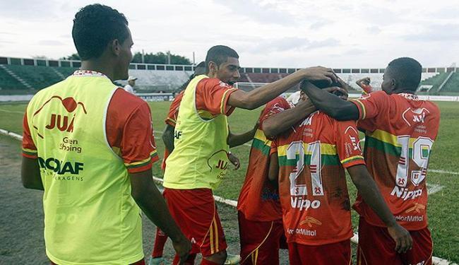 Jogadores da Juazeirense comemoram o gol da virada em Feira - Foto: Luiz Tito | Ag. A TARDE