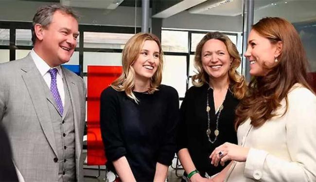 Kate Middleton conversou com os atores Hugh Bonneville e Laura Carmichae - Foto: Getty Images