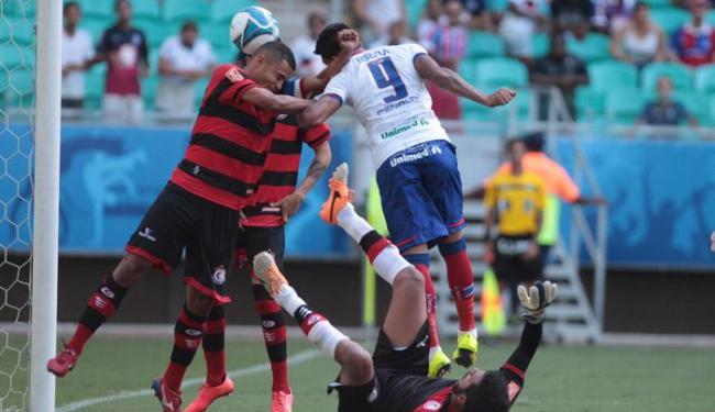 Kieza disputa bola em jogada aérea e faz seu quinto gol na competição - Foto: Lucio Tavora   Ag. A TARDE