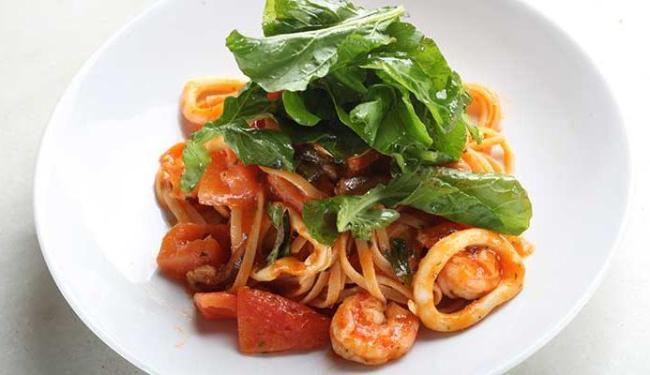 Linguine com camarão e lula é o prato do Al Mare nesta segunda-feira - Foto: Divulgação