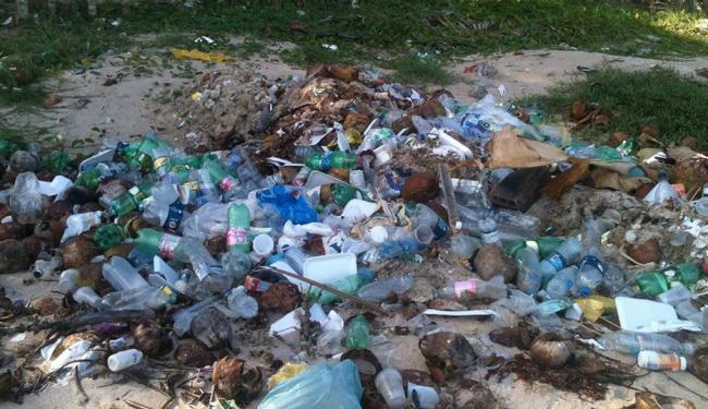 Por causa do lixo acumulado, barraqueiros reclamam de vendas no verão - Foto: Thaís Seixas | Ag. A TARDE