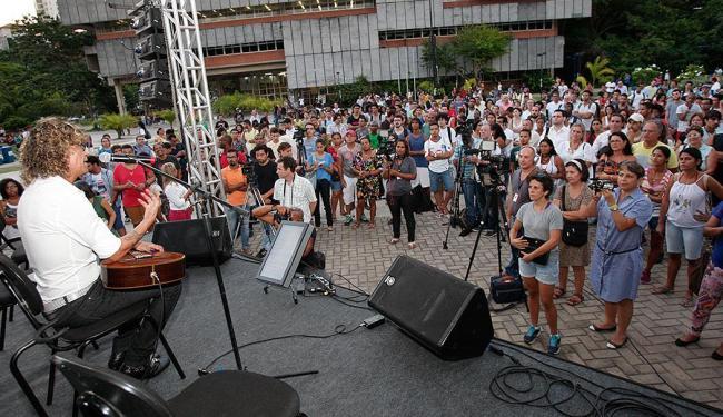 Alunos e funcionários da universidade aproveitaram o fim de tarde para curtir o show - Foto: Margarida Neide | Ag. A TARDE