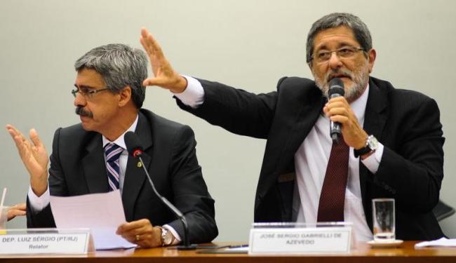 O relator da CPI, deputado Luiz Sérgio, ouve depoimento do ex-presidente da estatal Gabrielli - Foto: Fabio Rodrigues Pozzebom   Ag. Brasil
