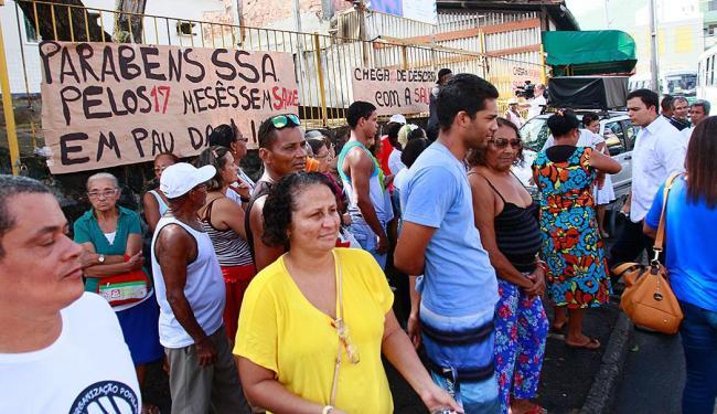 Moradores realizam manifestação contra atraso na entrega do posto - Foto: Edilson Lima   Ag. A TARDE