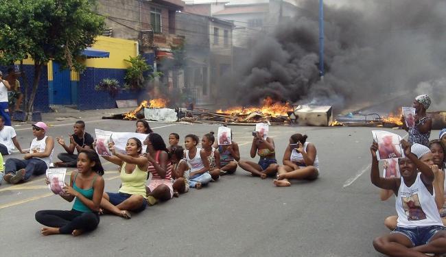 Manifestantes bloquearam dois sentidos da via - Foto: Cátia Milena Albuquerque | Cidadão Repórter