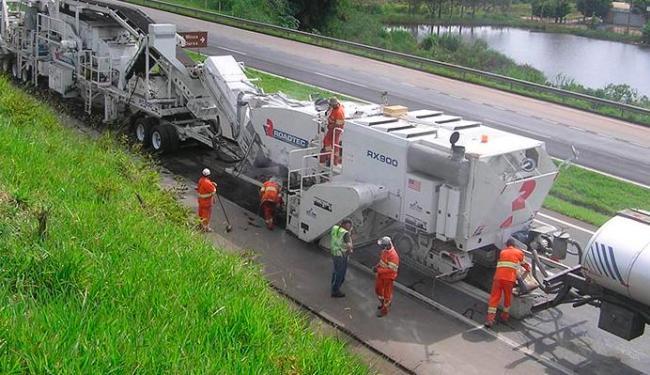 Máquinas trabalham em asfaltamento na BR-324 - Foto: | Via Bahia