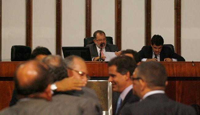 Marcelo Nilo (lendo) disse que vai à instância superior para recorrer da decisão - Foto: Fernando Amorim   Ag. A TARDE