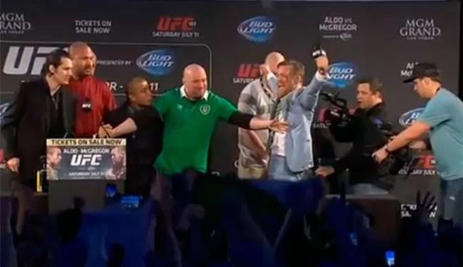 Com o cinturão na mão, McGregor provoca Aldo - Foto: Reprodução   UFC