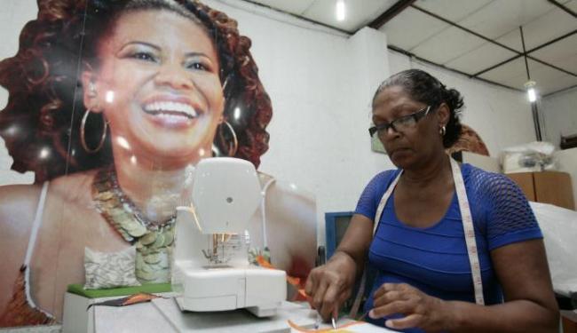 Galpão de moda, na Ribeira, onde é confeccionado o material exposto no Mercado Iaô - Foto: Mila Cordeiro   Ag. A TARDE