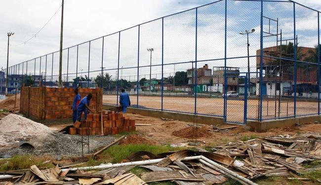 Aos poucos, trabalhadores vão levantando as paredes do vestiário, que tem incomodado a vizinhança - Foto: Marco Aurélio Martins | Ag. A TARDE