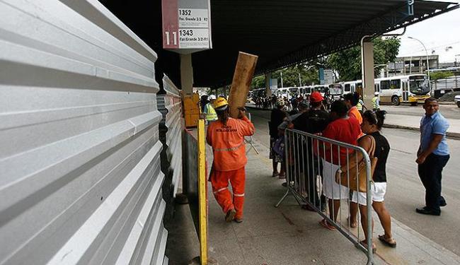 Público e operários dividem espaço no terminal cuja última reforma foi há 15 anos - Foto: Raul Spinassé | Ag. A TARDE
