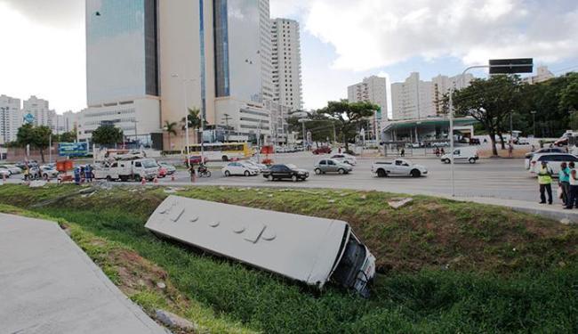 ÔNIBUS BATE EM POSTE E CAI NO CANAL DA AVENIDA ACM - Foto: Margarida Neide | Ag. A TARDE