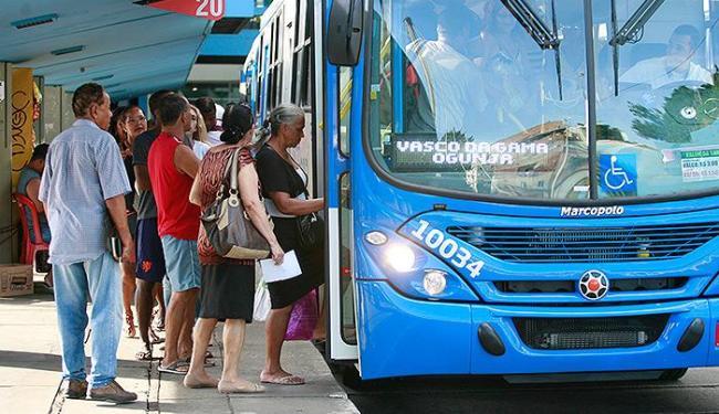 A partir de julho, idosos só poderão passar na catraca sem pagar se estiver com o cartão - Foto: Joá Souza | Ag. A TARDE