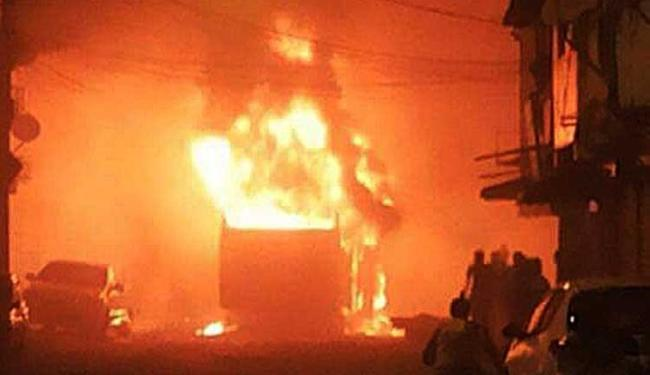 Ônibus foi incendiado por um grupo encapuzado - Foto: Adenilson Rocha | Foto do Internauta
