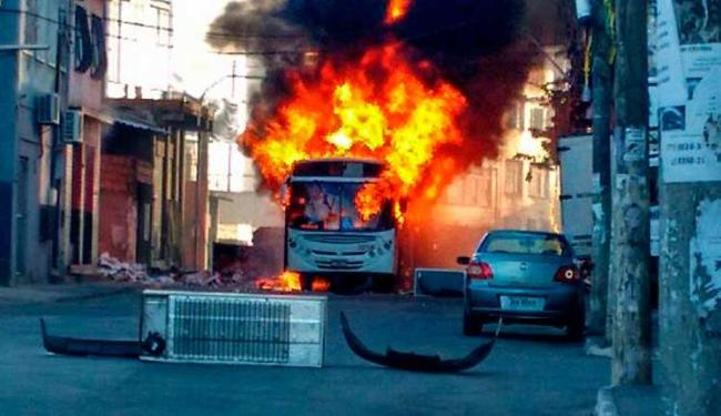 Veículo foi incendiado na rua Nilo Peçanha - Foto: Enviado pelo leitor | Whatsapp